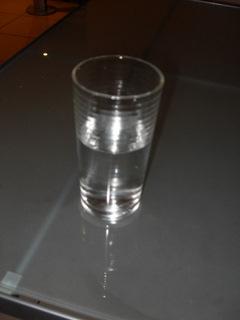 半杯水,半杯空氣